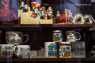 Escaparate con recuerdos de Valladolid en la tienda El Escudo de España. Valladolid. Castilla y León. España, 2008 © Javier Prieto Gallego