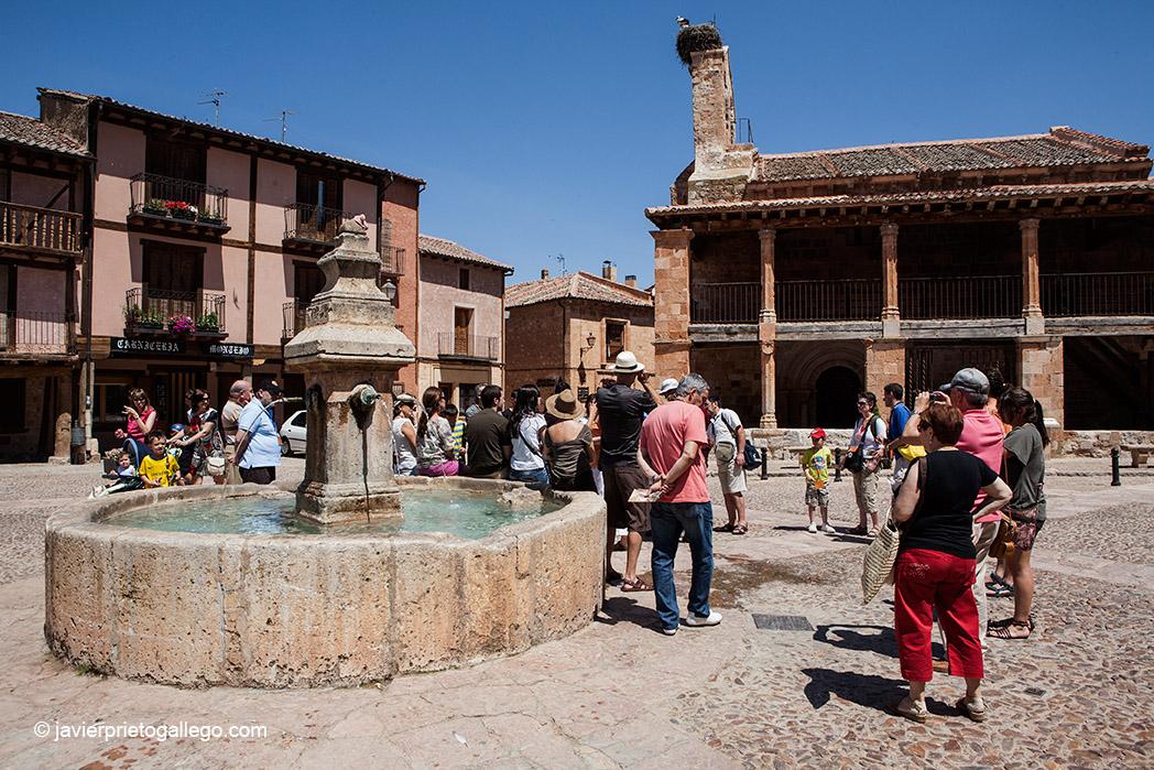 Un grupo de turistas en la plaza Mayor de Ayllón. Segovia. Castilla y León. España.© Javier Prieto Gallego