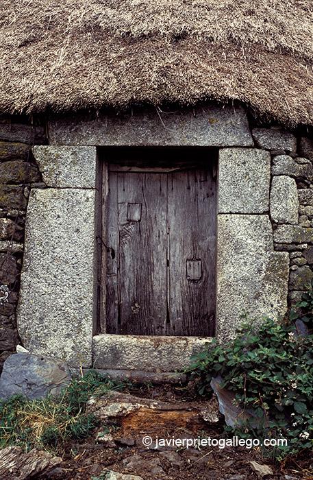 Entrada a una palloza. Piornedo de Ancares. Los Ancares. Lugo. Galicia. España © Javier Prieto Gallego;