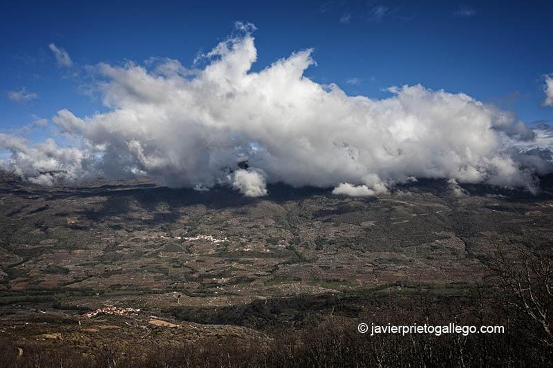 Nubes sobre la localidad de Rebollar. Abajo Valdastillas. Valle del Jerte. Extremadura. España © Javier Prieto Gallego;