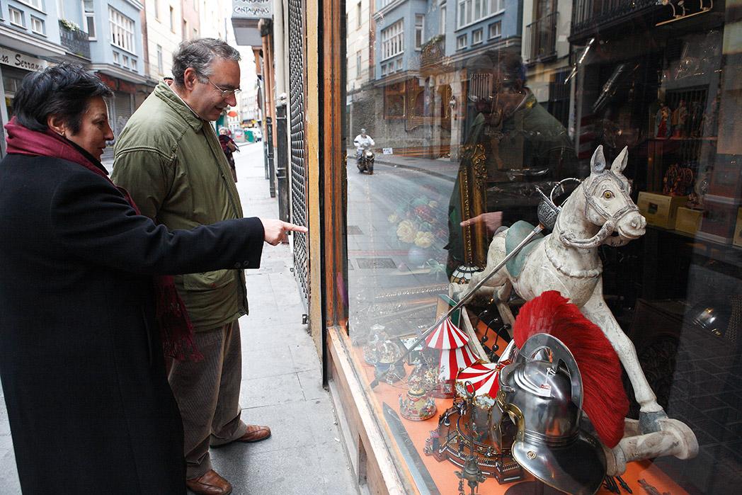 Escaparate en la esquina con la Calle Macías Picavea. Valladolid. Castilla y León. España © Javier Prieto Gallego