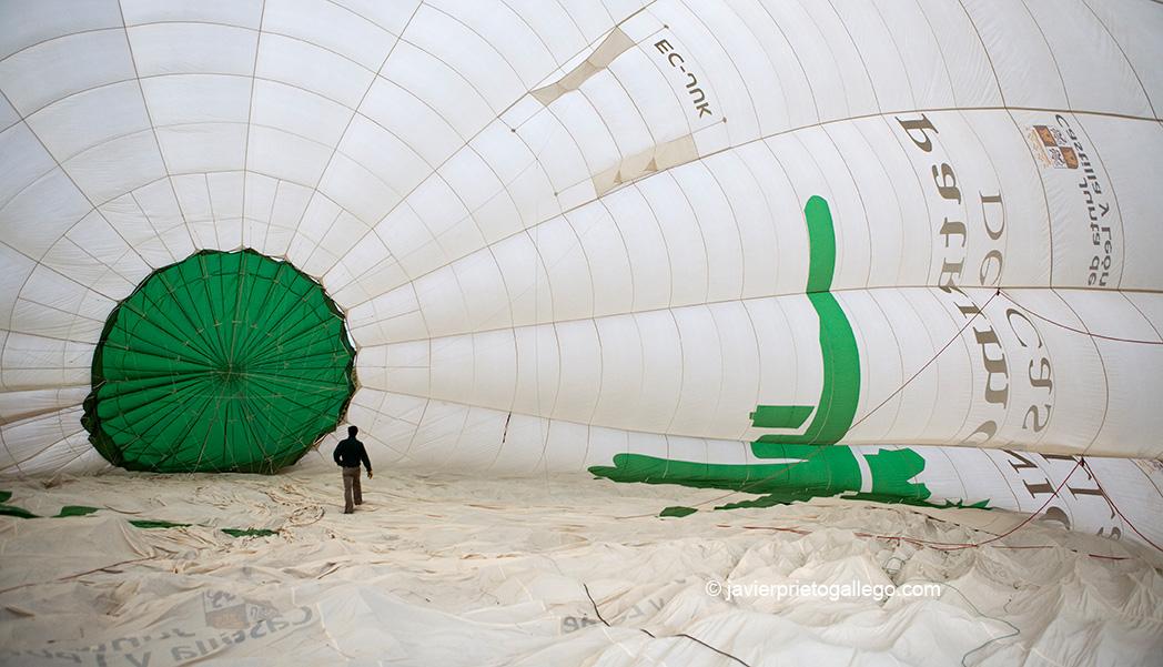 """El globo aerostático """"Natura"""", con capacidad para 10 pasajeros, es el segundo más grandes de España. Vuelo en globo. Medina de Pomar. Castilla y León. España. © Javier Prieto Gallego"""