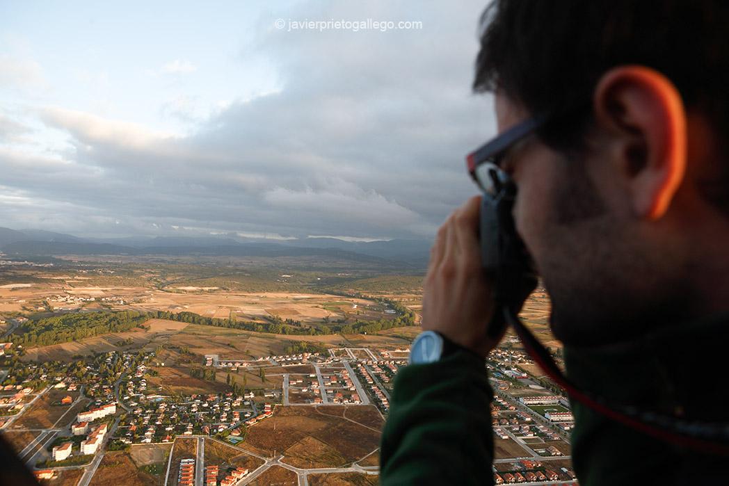 Un pasajero toma fotos del río Nela durante el vuelo en globo sobre Las Merindades cerca de Medina de Pomar. Castilla y León. España. © Javier Prieto Gallego