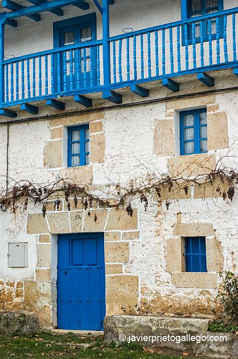 Arquitectura tradicional. Casa montañesa en una plaza de Cidad de Ebro. Burgos. Castilla y León. España © Javier Prieto Gallego;
