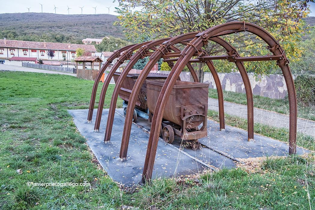 Pequeño monumento de recuerdo a la actividad minera del Poblado minero de Vallejo de Orbó. Palencia. España © Javier Prieto Gallego;