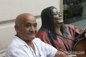 Un paseante sentado junto a la estatua de Mercedes Sosa en un banco de San Miguel de Tucumán