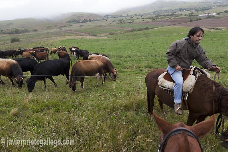 """Paseo a caballos por el entorno de la estancia jesuítica """"Las Carreras"""", a 12 km de Tafí del Valle. Fue construida en torno 1718. Hotel rural. Provincia de Tucumán. Argentina © Javier Prieto Gallegowww.estancialascarreras.com"""