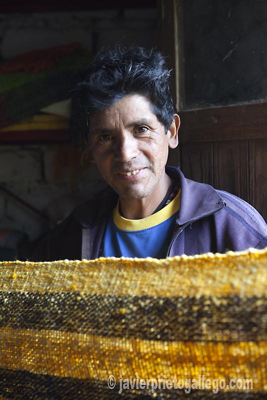 Uno de los artesanos que trabaja en los alrededores de Tafí del Valle.