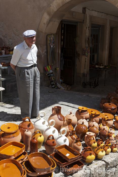 Puesto de artículos tradicionales. Sepúlveda. Segovia. Castilla y León. España © Javier Prieto Gallego