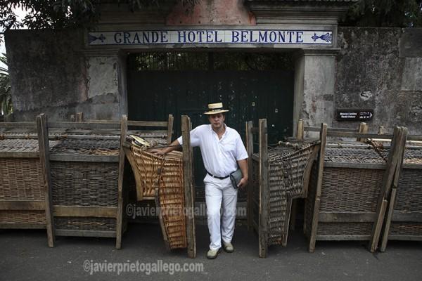 Carreiro a la puerta del antiguo Hotel Belmonte. Localidad de Monte. Funchal. Portugal. © Javier Prieto Gallego
