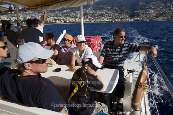 Pasajeros a bordo de un catamarán que realiza paseos por la costa de Madeira. Funchal. Madeira. Portugal. © Javier Prieto Gallego