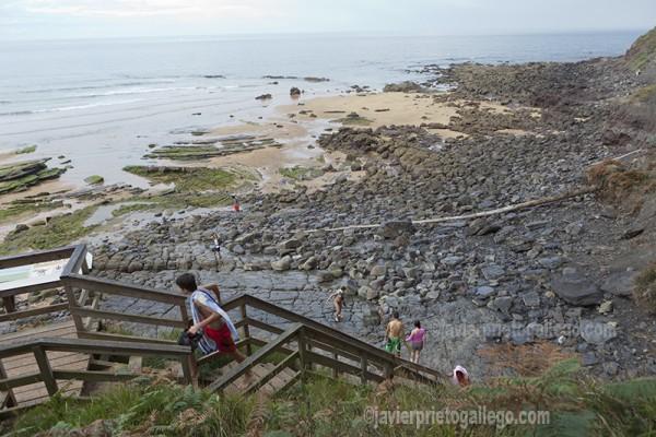 Escaleras que descienden hasta las huellas de dinosaurios en la playa de La Griega. Asturias. España © Javier Prieto Gallego