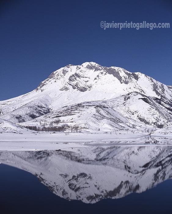 El Espigüete (2.450 m) nevado reflejado sobre el embalse de Camporredondo. Montaña Palentina. Palencia. Castilla y León. España. © Javier Prieto Gallego