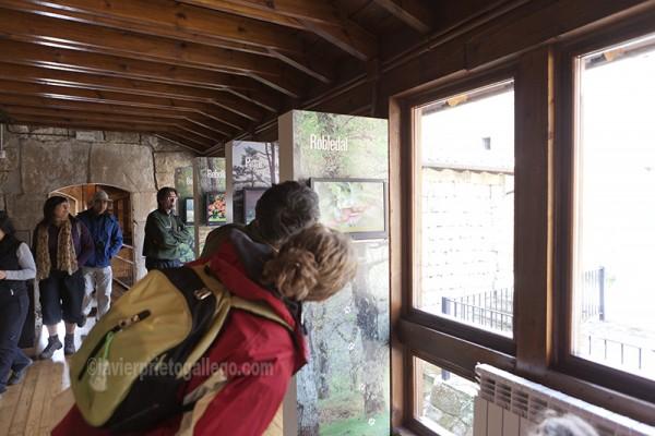 Visitantes en una sala del Centro de Visitantes de Monte Hijedo. Localidad de Riopanero. Cantabria. España. © Javier Prieto Gallego
