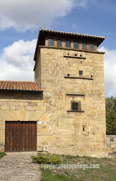 Casa torre en la que se ubica el Centro de Visitantes de Monte Hijedo. Localidad de Riopanero. Cantabria. España. © Javier Prieto Gallego