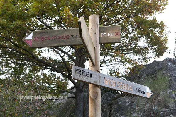 Señalización de la Ruta del Monte Hijedo. PR- BU 30. Localidad de Santa Gadea de Alfoz. Burgos. Castilla y León. España. © Javier Prieto Gallego