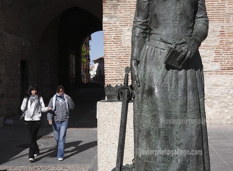 Arco del Alcocer y estatua de la reina Isabel la Católica. Arévalo. Ávila. Castilla y León. España. © Javier Prieto Gallego