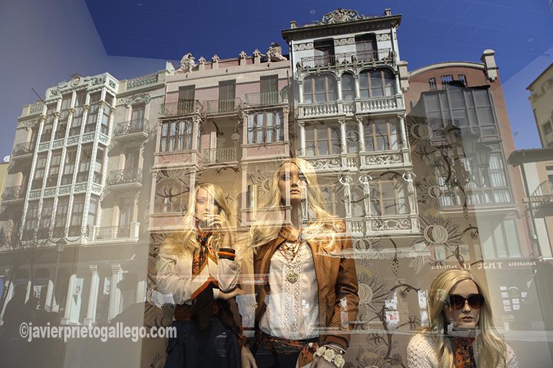 Fachadas de edificios modernistas Zque se reflejan en un escaparate de la plaza de Sagasta. Zamora. Castilla y León. España © Javier Prieto Gallego