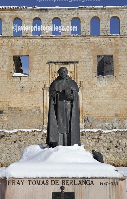Imagen invernal de la estatua del dominico fray Tomás de Berlanga. Berlanga de Duero. Soria. Castilla y León. España. © Javier Prieto Gallego
