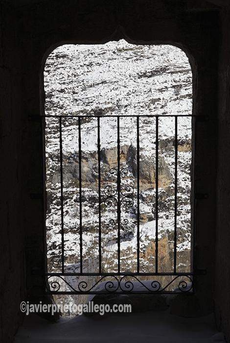 Paisaje nevado a través de una ventana sobre el cañón del Escalote en el castillo de Berlanga de Duero. Soria. Castilla y León. España. © Javier Prieto Gallego