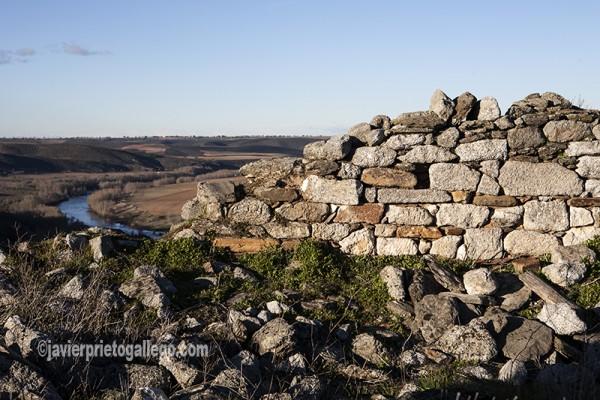Restos de la ermita de San Pelayo con el Duero al fondo, cerca de Almaraz de Duero. Zamora. Castilla y León. España. ©Javier Prieto Gallego