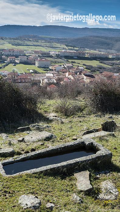 Una de las tumbas talladas que se localizan en la necrópolis de El Castillo. Palacios de la Sierra. Burgos. Castilla y León. España. ©Javier Prieto Gallego