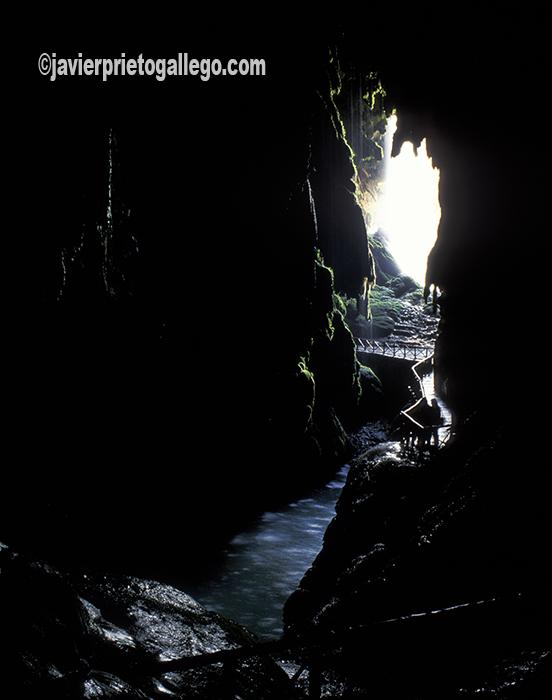 Cueva Iris, que se abre tras la cascada de Cola de Caballo. Monasterio de Piedra. Aragón. España. © Javier Prieto Gallego