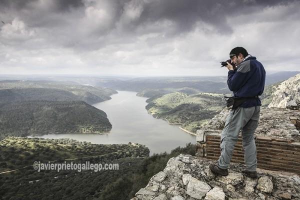 Un aficionado hace fotografías al río Tajo y las dehesas desde el castillo de Monfragüe. Cáceres. Extremadura. España. © Javier Prieto Gallego