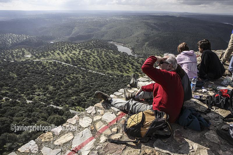 Visitantes contemplan las dehesas del Parque Nacional desde lo alto del castillo de Monfragüe. Cáceres. Extremadura. España. © Javier Prieto Gallego