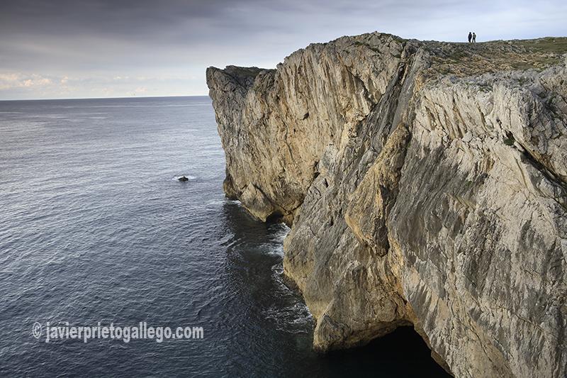 Dos personas pasean junto a los acantilados en los Bufones de Pría, próximos a la localidad asturiana de Llanes. Mar Cantábrico. [Llanes. Asturias. España © Javier Prieto Gallego]
