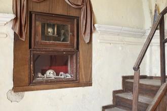 Huesos de la Moza Santa y el visionario Simón Vela en el camarín de la Ermita de El Robledo. Localidad de Sequeros. Salamanca. Castilla y León. España. © Javier Prieto