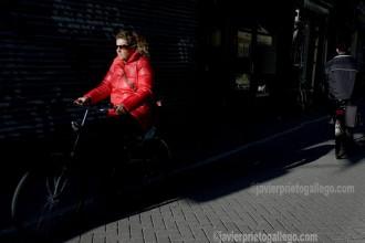 Ciclista en una calle de Amsterdam al caer el sol. Amsterdam, Holanda, 2005.
