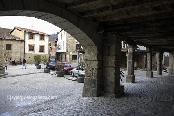 Soportales en la plaza Mayor. San Martín de Trevejo. Sierra de Gata. Extremadura. España.© Javier Prieto Gallego