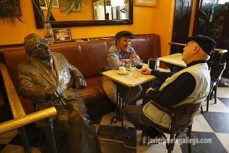 Tarde de tertulia con Torrente Ballester. Dos hombres toman café junto a la escultura en bronce del escritor Gonzalo Torrente Ballester del café Novelty. [Plaza Mayor de Salamanca. Castilla y León. España. © Javier Prieto Gallego