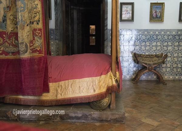 ara de Felipe II en la que expiró el 13 de septiembre de 1598. Su cama estaba situada de tal manera que por un lado tenía vistas sobre los jardines y por el otro podía ver el altar mayor de la basílica -al fondo del pasillo, en la foto-. Real Monasterio de El Escorial. Madrid. España ©Javier Prieto Gallego;