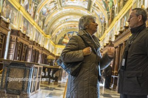 Dos turistas en la Biblioteca de El Escorial con frescos pintados por Pellegrino Tibaldi. Real Monasterio de El Escorial. Madrid. España ©Javier Prieto Gallego