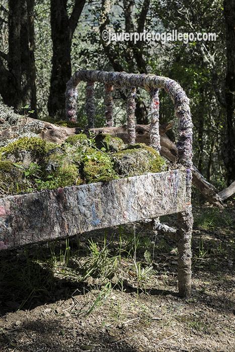 Una de las obras del artista Alfredo Omaña en el Camino de los Prodigios. Sierra de Francia. Salamanca. España ©Javier Prieto Gallego