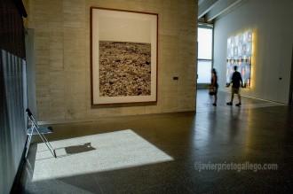 [Unos visitantes recorren las salas del Museo de Arte Contemporáneo de León - MUSAC-. León. Castilla y León. España. ©Javier Prieto Gallego