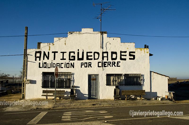[Negocio de antigüedades junto a la N-620. Mayorga. Valladolid. Castilla y León. España © Javier Prieto Gallego]