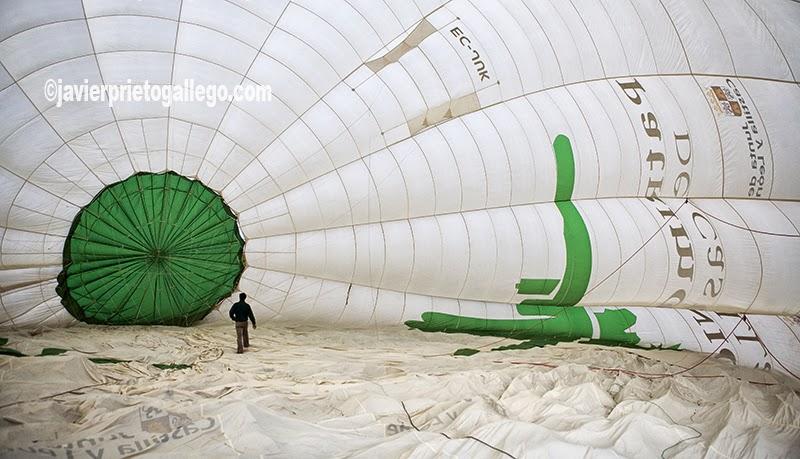 """El globo aerostático """"Natura"""", con capacidad para 10 pasajeros, es el segundo más grande de España. Vuelo en globo. Medina de Pomar. Castilla y León. España. © Javier Prieto Gallego"""