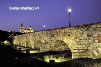 Puente romano sobre el Tormes y catedral de Salamanca al atardecer. Salamanaca. Castilla y León.España © Javier Prieto Gallego