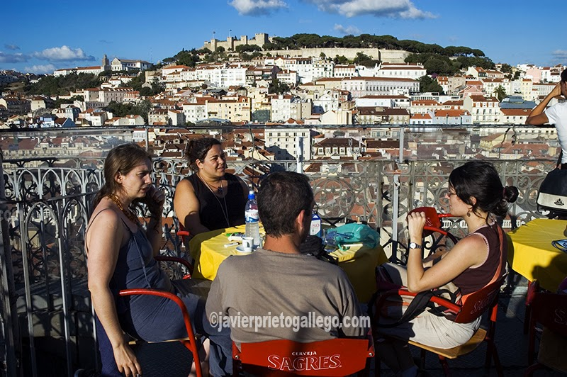 Panorámica de Lisboa desde la terraza del elevador de Santa Justa, con el castillo de San Jorge al fondo. [Lisboa. Portugal. © Javier Prieto Gallego]