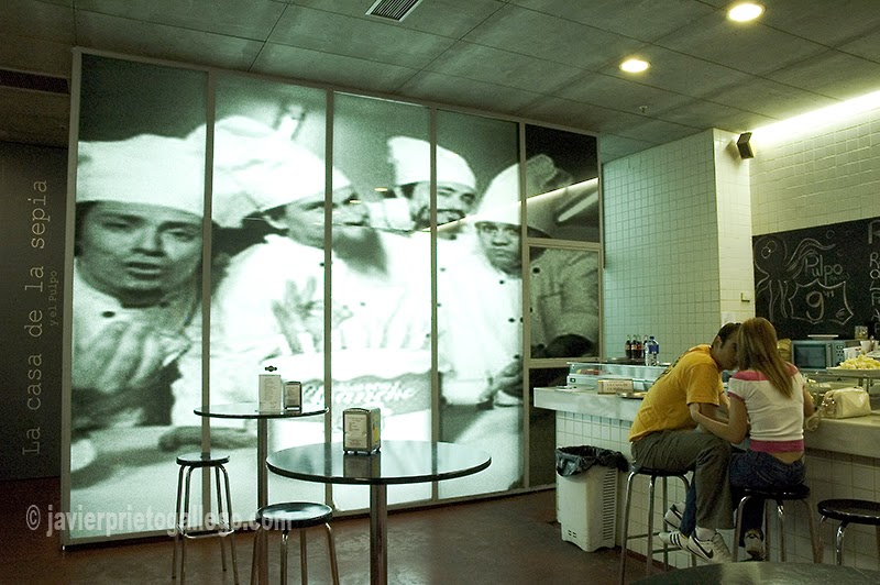 Confidencias en voz baja en el interior del bar Casa de la Sepia. [Valladolid. Castilla y León. España © Javier Prieto Gallego]