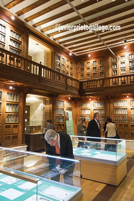 Unos visitantes recorren la Sala Juan de Herrera del Archivo General de Simancas. Simancas. Valladolid. Castilla y León. España. © Javier Prieto Gallego