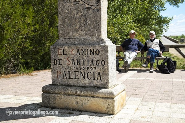 Dos peregrinos descansan en el Puente de Fitero, sobre el río Pisuerga. El Camino de Santiago a su paso por Palencia. Palencia. Castilla y León. España. © Javier Prieto Gallego