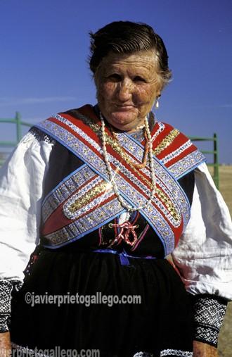Una mujer luce el traje tradicional sayagués durante una celebración folclórica en el pueblo de Villalcampo, próximo a las Arribes zamoranas. [Villalcampo. Zamora. Castilla y León. España. © Javier Prieto Gallego]