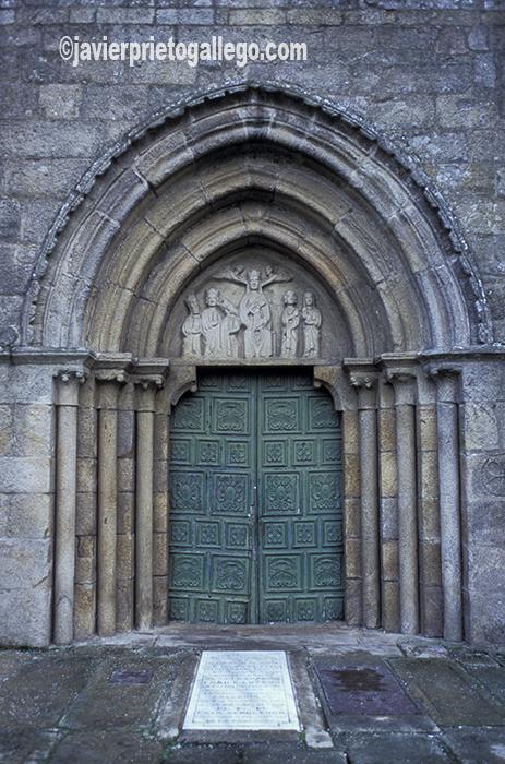 Puerta de entrada a la colegiata románica de Santa María de Adina, en Iria Flavia. Padrón. A Coruña. España. © Javier Prieto Gallego
