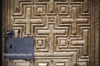 Bocallave y puerta de entrada a la iglesia de San Miguel (s. XVII), en la localidad segoviana de Fuentelcésped. [Fuentelcésped. Ribera del Duero. Burgos. Castilla y León. España]