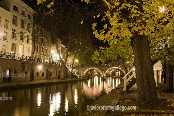 Puente iluminado junto al canal Oudegracht. Utrecht. Holanda. © Javier Prieto Gallego