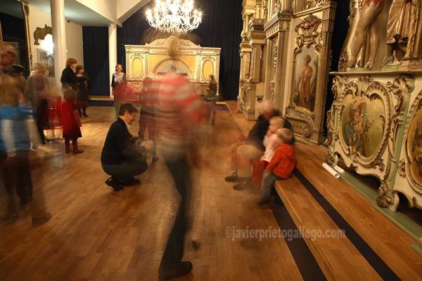 Un grupo baila al compás de la música de organillo en el Museo Nacional de los Relojes de Música y Organillos de Calle –Museum van Speelklok tot Pierement- Utrecht. Holanda. © Javier Prieto Gallego